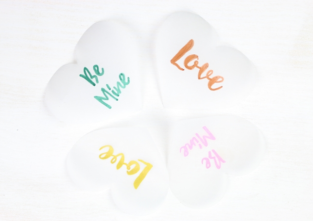 Ausgeschnittene Herzen aus Transparentpapier.