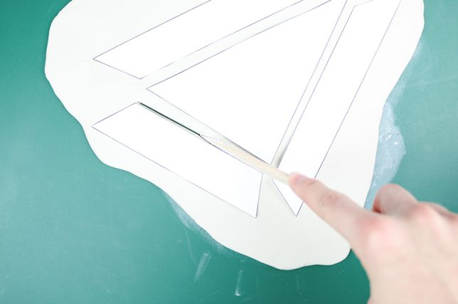 Papiervorlage aus der Modelliermasse schneiden