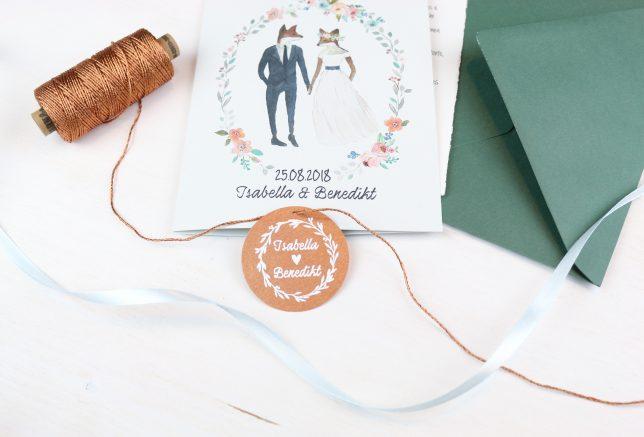 Die Hochzeitslogo-Marke aufgefädelt auf kupferfarbenem Bäcker-Garn.