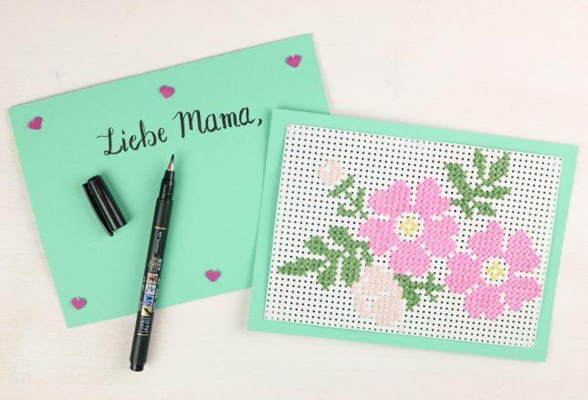 Fertige Stickkarten zum Muttertag mit floralen Motiven.