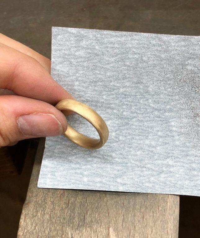 Schleifend er Ringe mit Schleifpapier