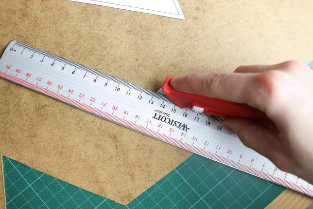 Bodenplatte mit dem Cuttermesser ausschneiden.