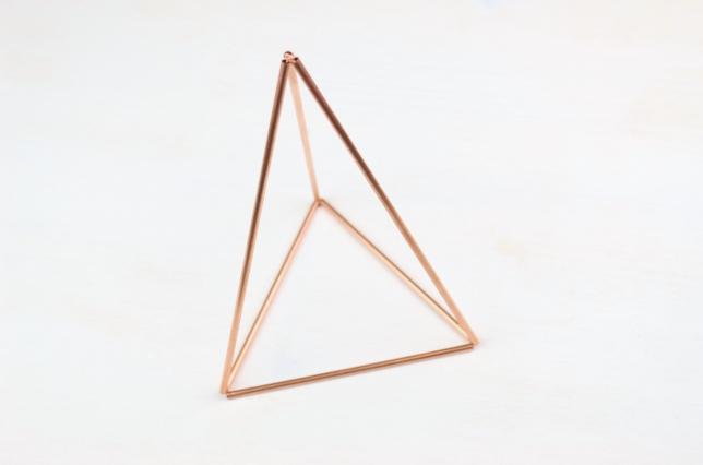 fertig zusammengesetzte Pyramide aus Kupferrohren