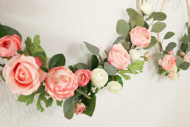 Eine Mischung der Blütenfarben und -formen ergibt ein natürliches Gesamtbild