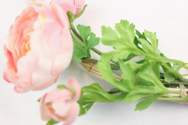 Versucht die Blumen möglichst unsichtbar zu befestigen