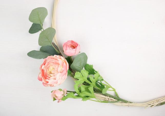 Der erste Blumenbüschel wird außen am Drahtring befestigt