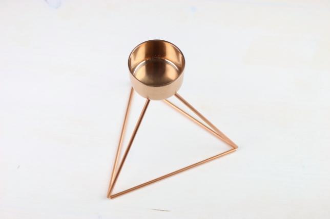 Fertiger geometrischer Teelichthalter aus Kupferrohren.