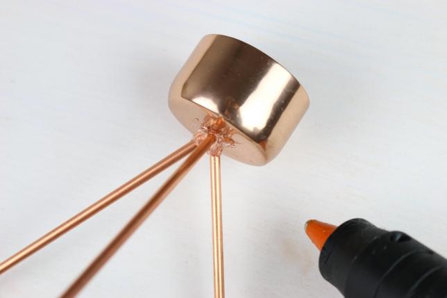 Ankleben des Metalltöpfchens mit Heißkleber.