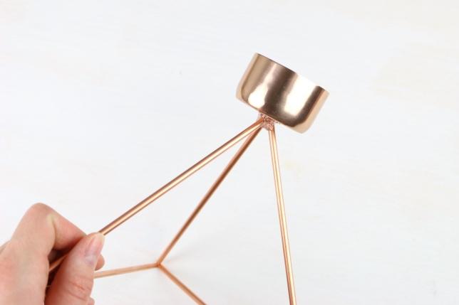 Angeklebter Teelichthalter aus Metall.