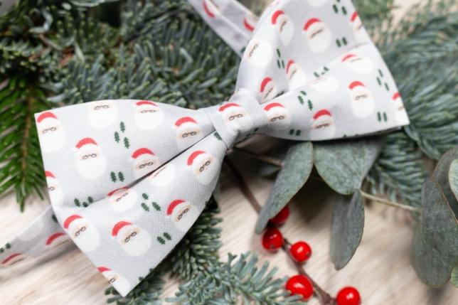 Fliege mit Weihnachtsmännern.