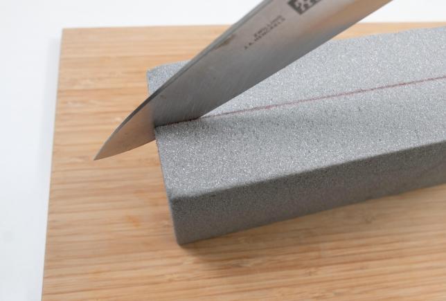 Schaum mit einem großen Küchenmesser zerteilen