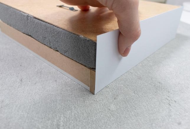 Abdecken der Schaumränder mit weißem Tonpapier.