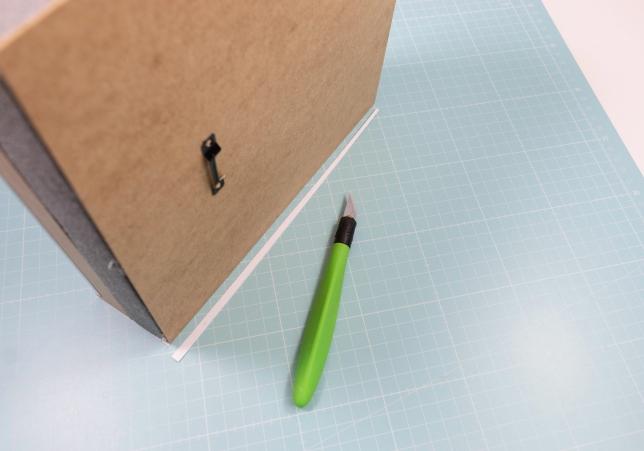Stutzen der Papierstreifen mit einem Skalpell.