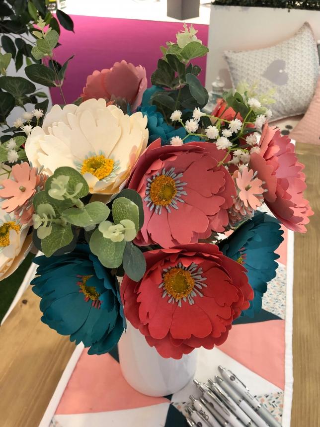 Blumen aus Papier.