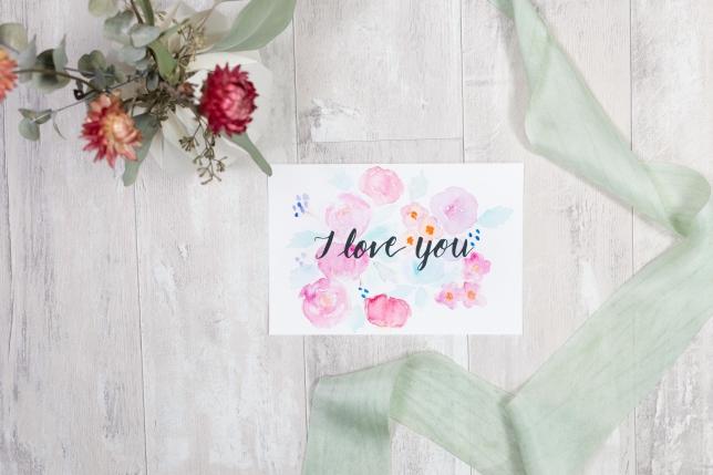 Lettering zum Valentinstag mit Aquarellblumen