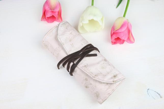 Make-up Pinselrolle zusammengerollt und mit einem Lederband verschnürt.