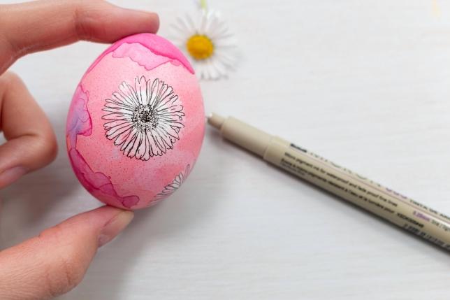 Nachfahren der Kontur des Blütenprints mit dem Micron Fineliner