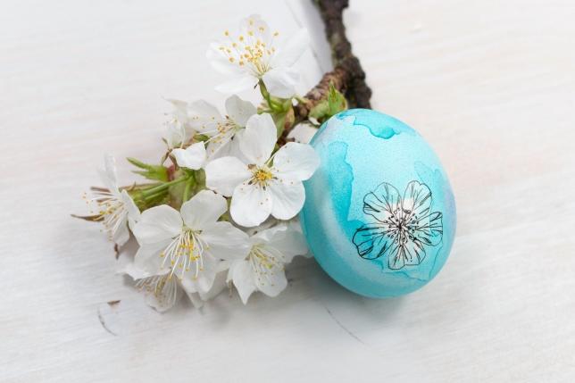 Blaues Ei mit Tuscheverzierung