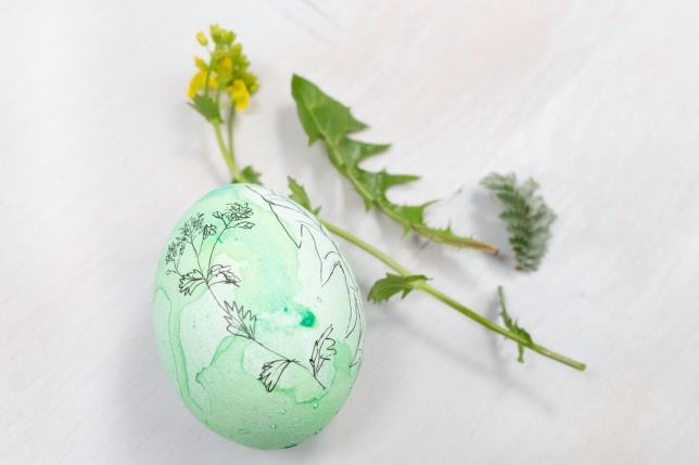 Grünes Osterei mit Wildblumen Verzierung