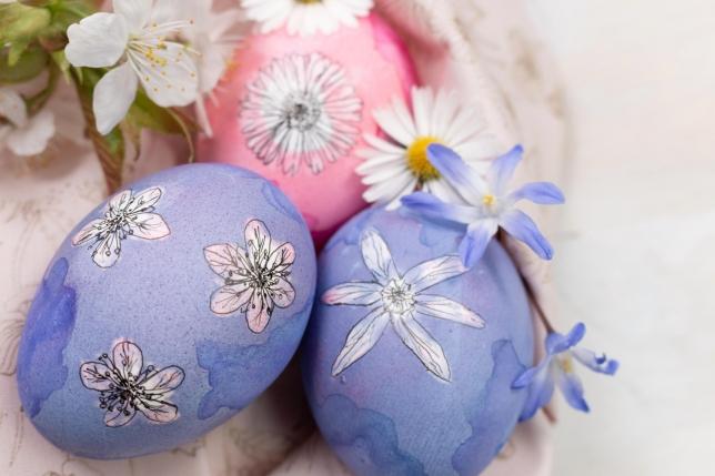 Nahaufnahme von den lilafarbigen Ostereiern