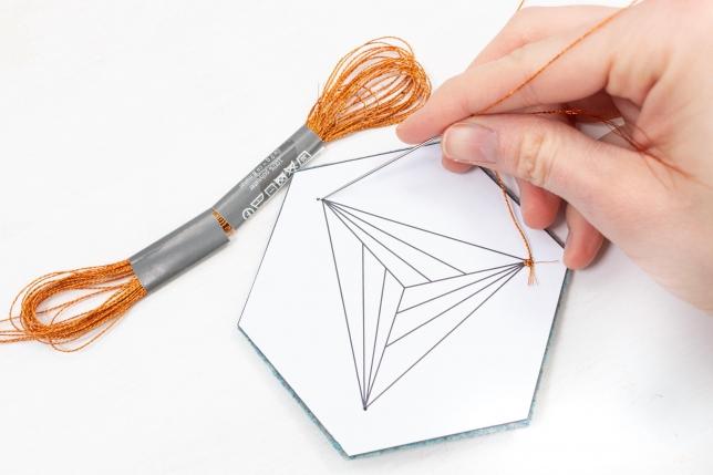 Die Papiervorlage dient zur Orientierung beim Sticken