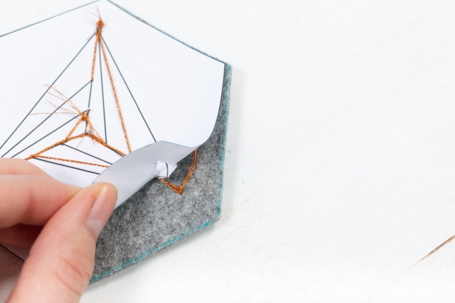 Die Papiervorlage kann nach dem Sticken einfach wieder abgezogen werden.