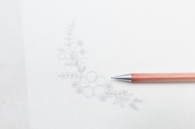 Anzeichnen der kostenlosen Vorlage mit Bleistift auf dem Stoff