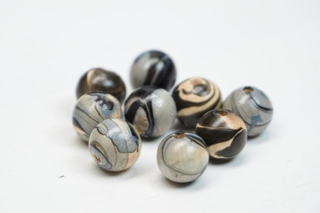 Fertig mit Nagellack marmorierte Perlen.
