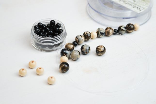 Perlen auffädeln.